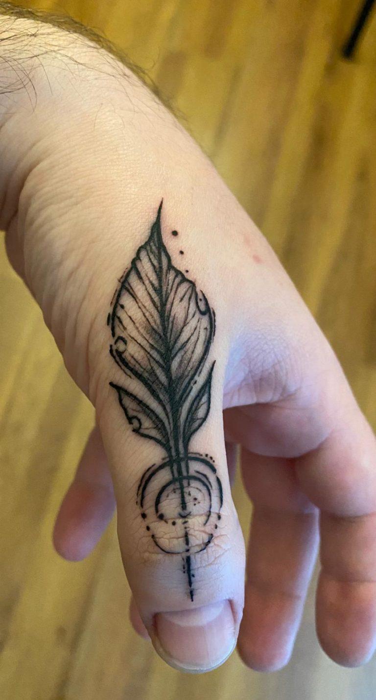 tatuaj baieti barbati tatuaj deget salon tatuaje si piercing Funky tattoo Bucuresti