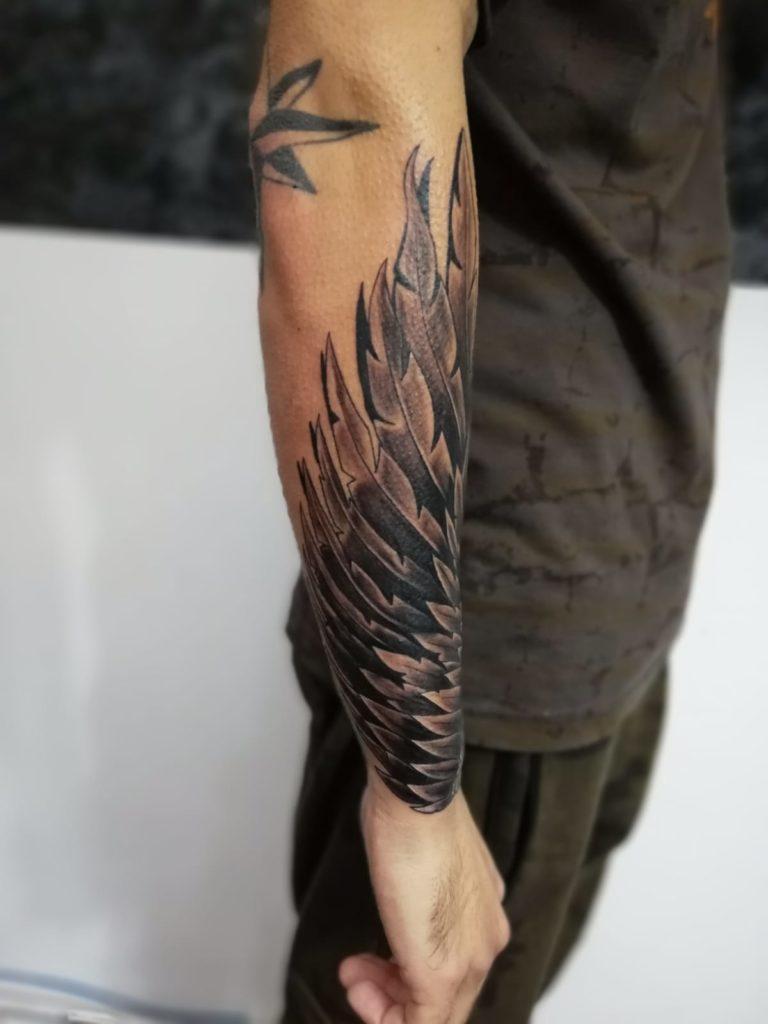 tatuaj antebrat aripi baieti salon tatuaje si piercing Funky tattoo Bucuresti