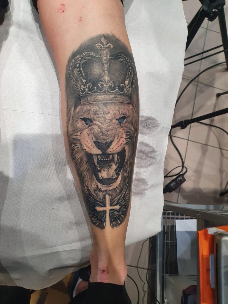 tatuaj baieti barbati gamba leu salon tatuaje si piercing Funky tattoo Bucuresti