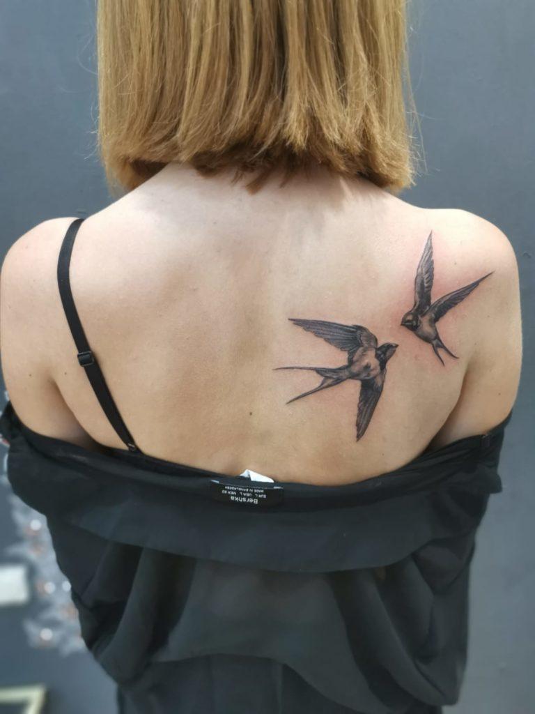 tatuaj fete spate pasari salon tatuaje si piercing Funky tattoo Bucuresti