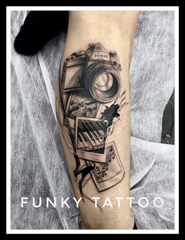 tatuaj cel mai camera foto poza baieti barbati alb negru mana salon tatuaje si piercing Funky tattoo Bucuresti