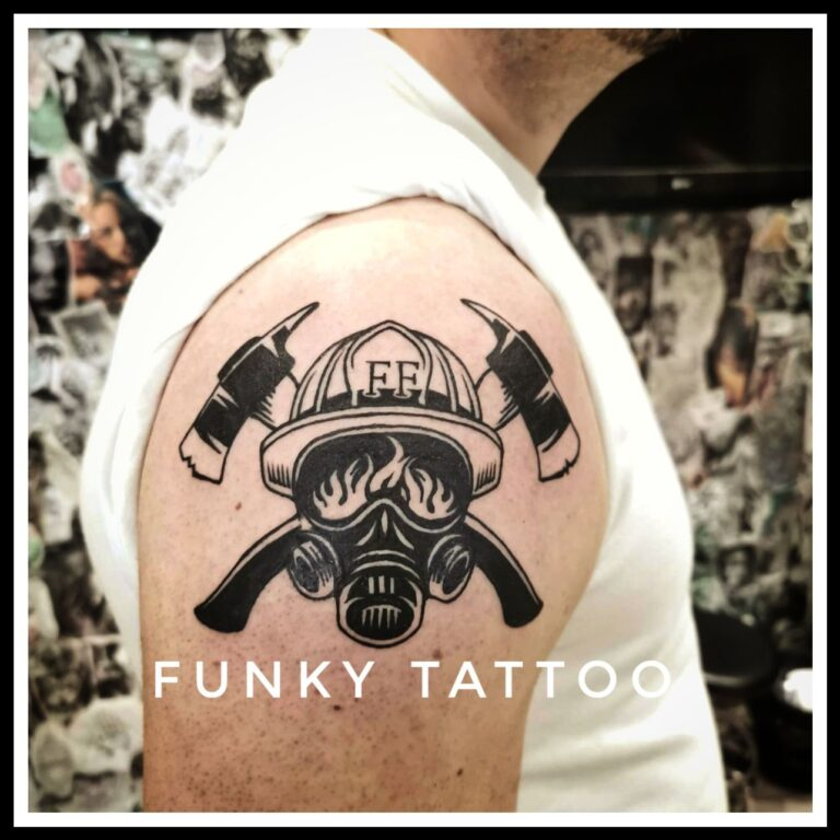 Tatuaj pe umar mana, tatuaj alb negru tatuaj baieti barbati, Salon tatuaje si piercing Funky tattoo Bucuresti