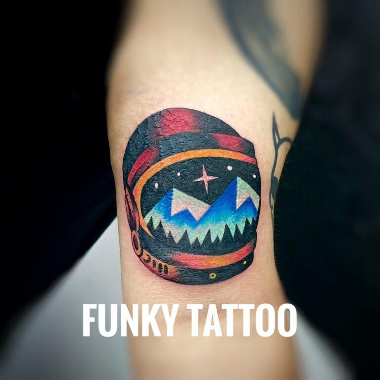 tatuaj baieti barbati manan color cosmonaut salon tatuaje si piercing Funky tattoo Bucuresti